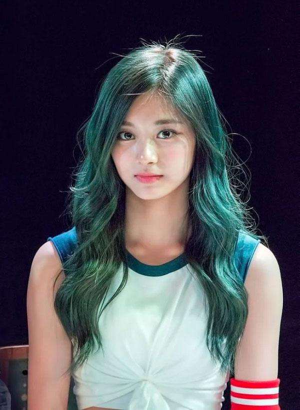 Màu tóc nhuộm xanh rêu đẹp 2021 đang làm mưa làm gió giới trẻ hè này