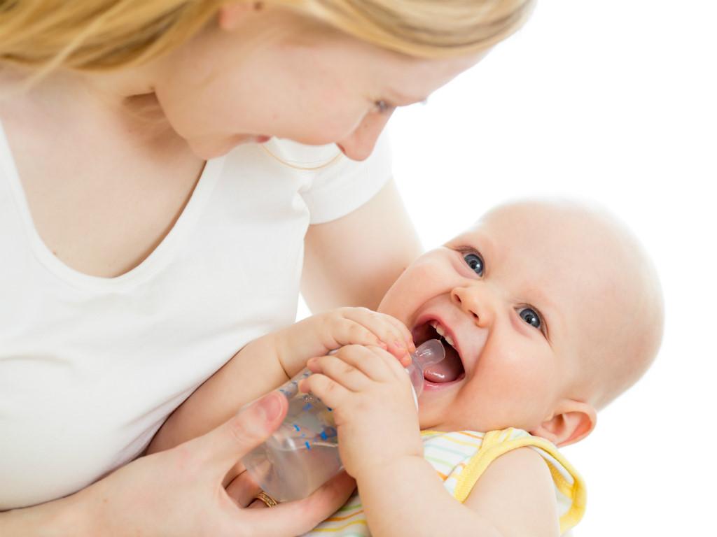 Cách tập cho bé bú sữa bình khi mẹ đi làm hiệu quả nhất