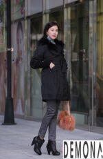 Áo khoác dạ nữ màu đen đẹp cho nàng béo bụng thu đông 2021 – 2022