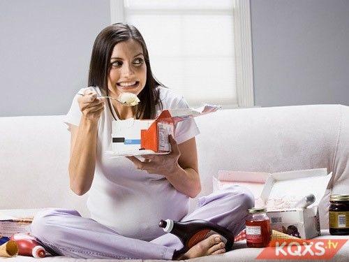 Bà bầu ăn đêm gây hại cho sức khỏe & sự phát triển thai nhi