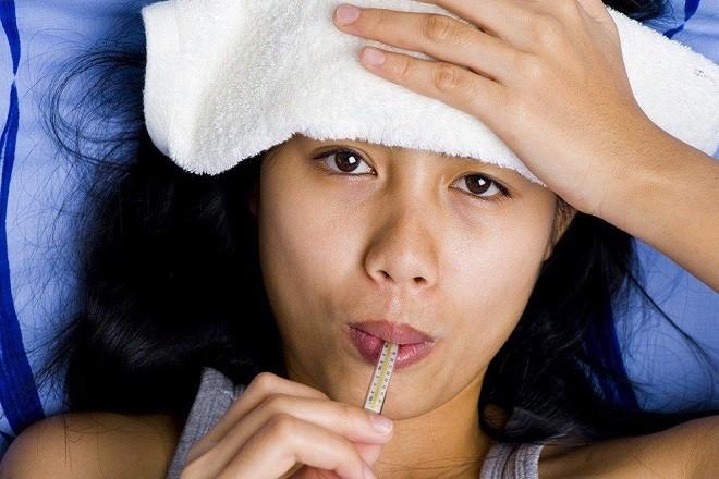 Sốt cao là một trong những tác dụng phụ của tiêm phòng trước khi mang thai