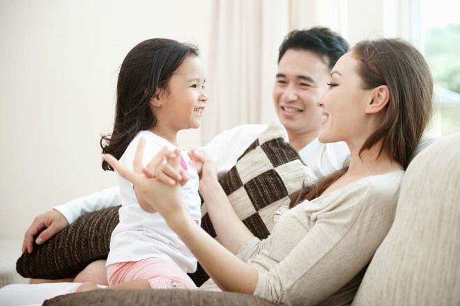 ba mẹ nói chuyện vui vẻ với con