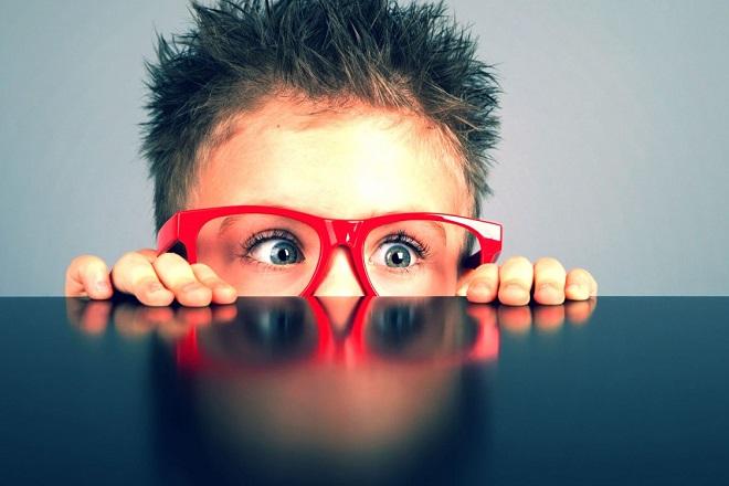 bé đeo kính tò mò