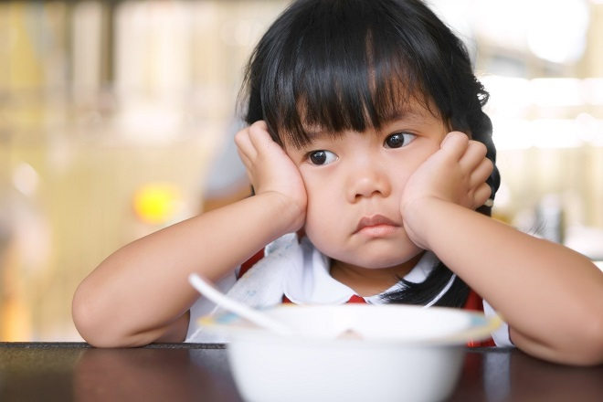 bé gái bỏ ăn