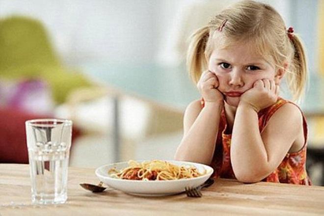 bé gái không chịu ăn mì