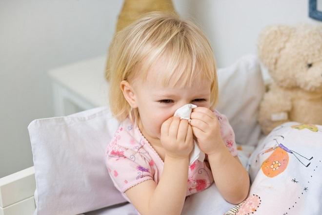 bé gái lau mũi bằng khăn giấy