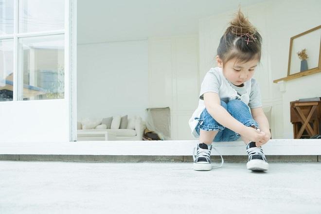 bé gái tự mang giày