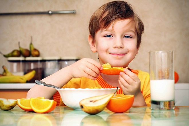 bé trai ăn cam