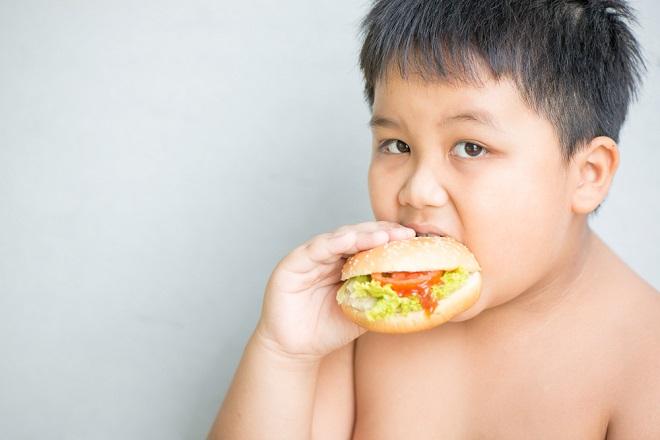 bé béo phì ăn hamburger