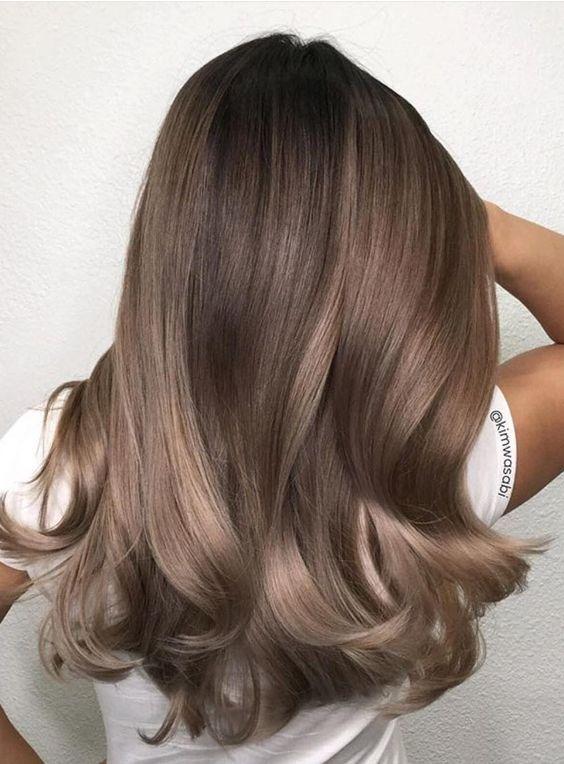BST 10 kiểu tóc dài uốn xoăn lọn to đẹp thịnh hành nhất năm 2021