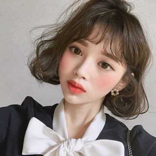 BST 10 kiểu tóc ngắn uốn xoăn nhẹ mái thưa cho mặt dài đẹp nhất hè 2021