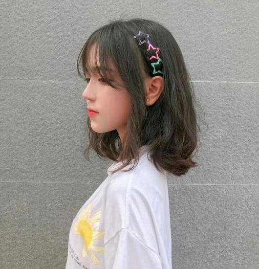 BST 10 kiểu tóc uốn xoăn lọn to bồng bềnh ngang vai đẹp nhất hè 2021