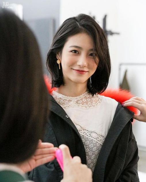BST 20 kiểu tóc ngang vai uốn xoăn chữ C đẹp cho mặt dài cằm nhọn