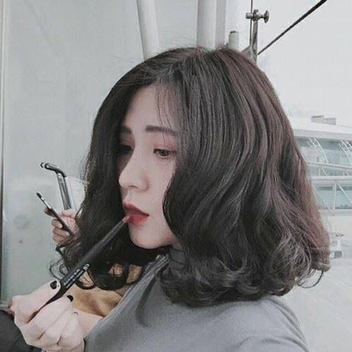 BST 40 kiểu tóc nữ uốn xoăn đẹp cho khuôn mặt to tròn hè 2021