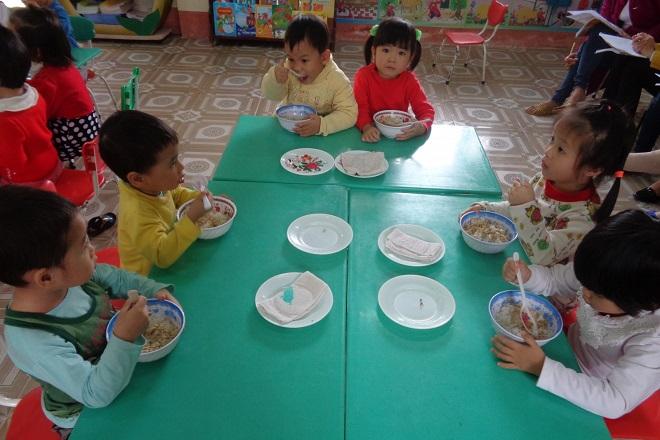 các bé ăn trưa ở trường mẫu giáo