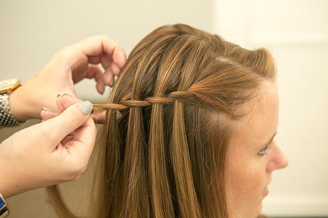 Cách tết tóc thác nước thực hiện dễ cực đẹp cho nàng diện phố hè 2021