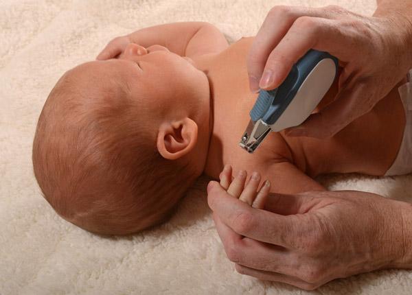 Khi nào cắt móng tay cho trẻ sơ sinh?