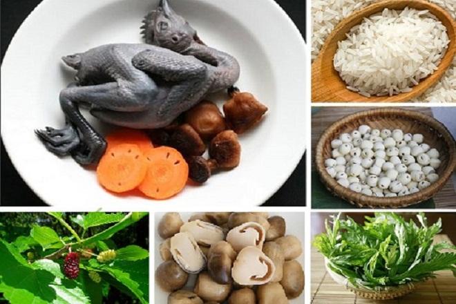 Cháo gạo tẻ, dùng gà mái đen nấu chung với hạt sen