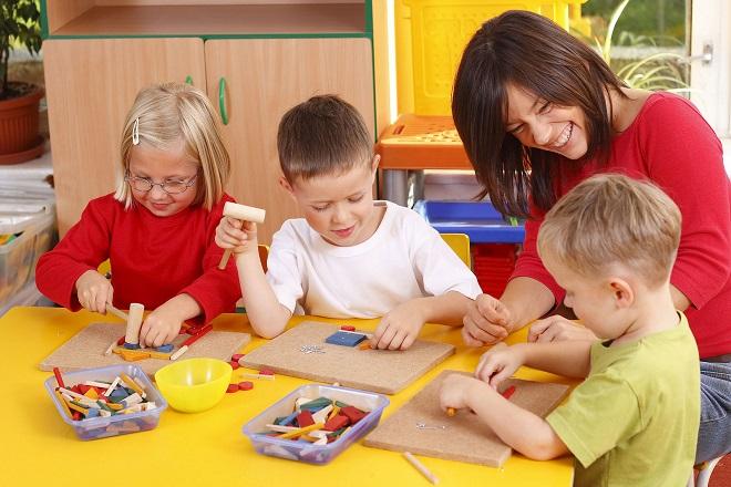 cô dạy 3 bé chơi xếp khối màu