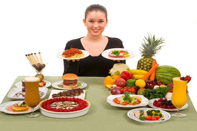 cô gái bên bàn ăn