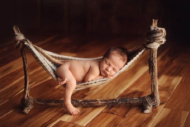 có nên cho bé sơ sinh nằm võng