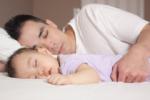 Hướng dẫn mẹ cách bế trẻ sơ sinh nằm sấp luôn đảm bảo an toàn cho bé