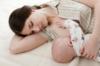 Hướng dẫn về tư thế cho bé bú nằm và một số lưu ý mẹ cần biết