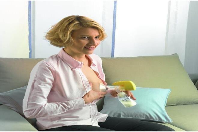 mẹ hút sữa ra cho bé bú