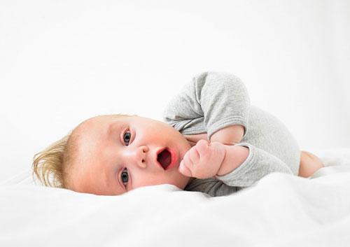 Em bé mấy tháng tuổi thì biết lật, ngồi, lẫy?