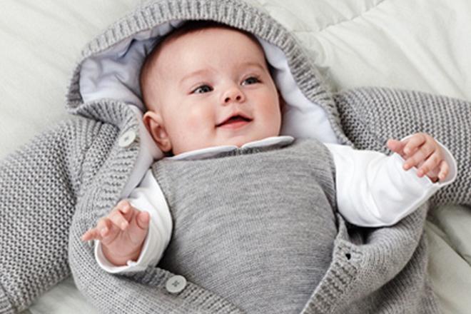 mặc ấm cho trẻ để phòng bệnh trẻ sơ sinh vào mùa đông