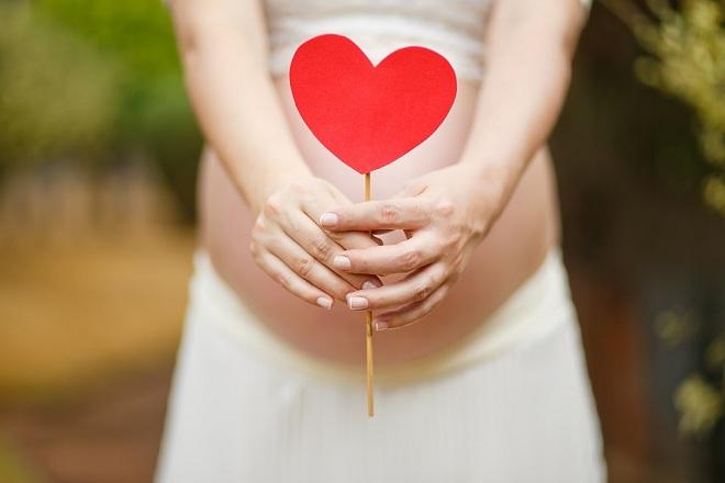 mẹ bầu mong chờ em bé ra đời