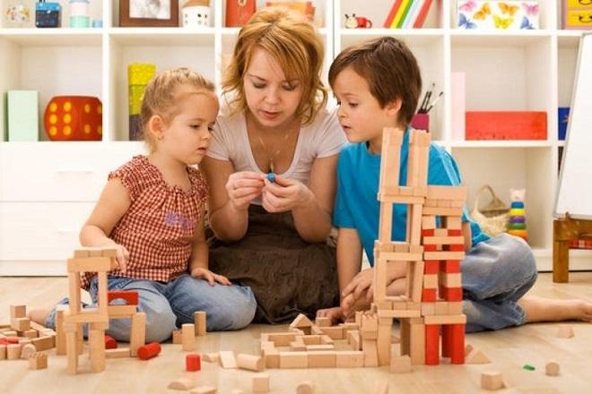 mẹ chơi với 2 con