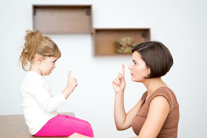 Dùng ánh mắt và thái độ nghiêm nghị để dạy trẻ