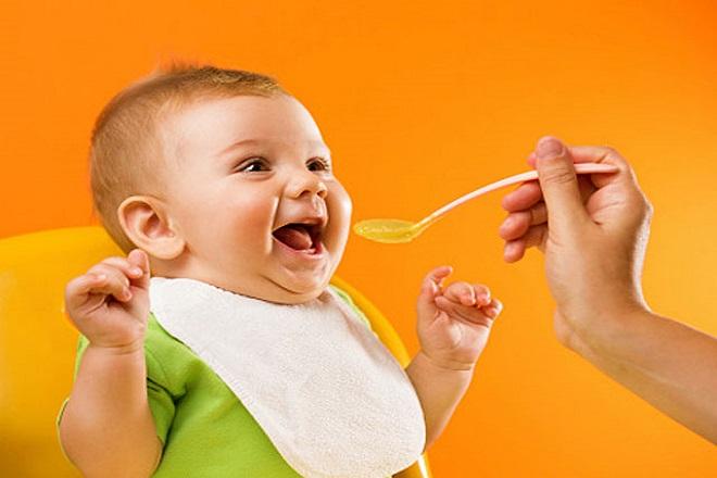 đút cháo ăn dặm cho bé 1 tuổi ăn