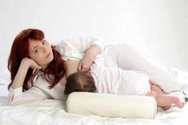 mẹ nằm nghiêng cho con bú