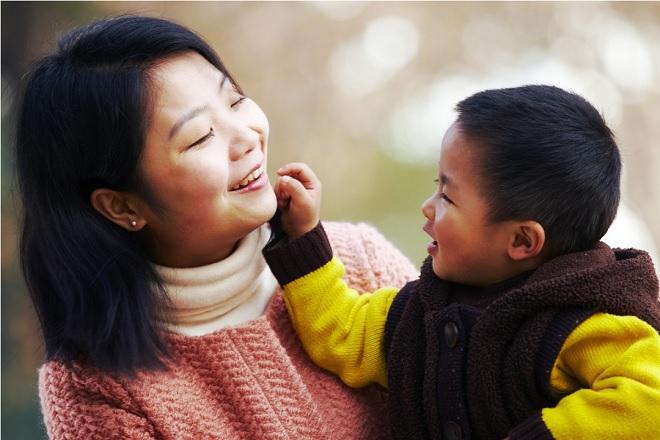 mẹ nói chuyện với con trai vui vẻ