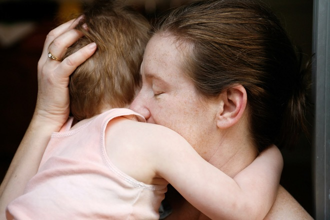 mẹ ôm bé vào lòng