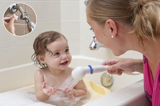 mẹ tắm cho bé trong bồn