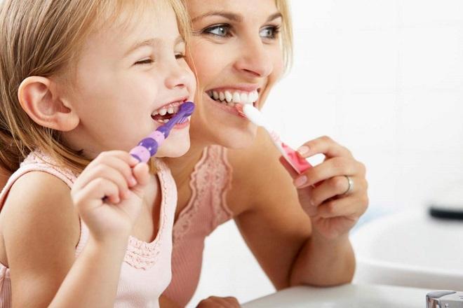 mẹ tập cho bé đánh răng