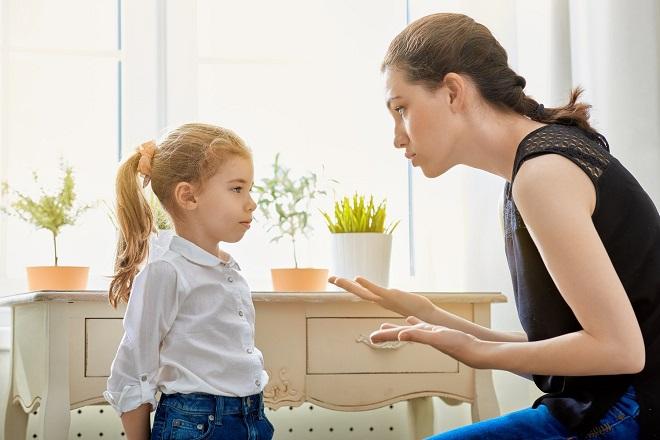 mẹ thảo luận với con gái