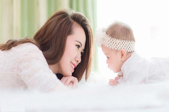 mẹ và bé gái cười với nhau