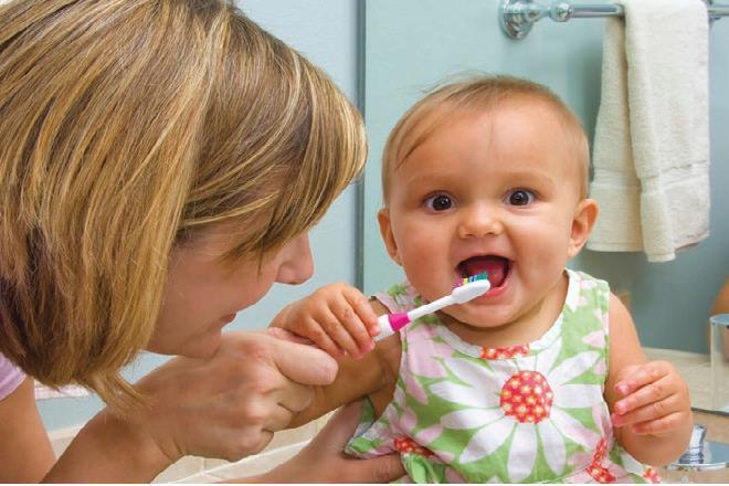 mẹ vệ sinh răng miệng cho bé