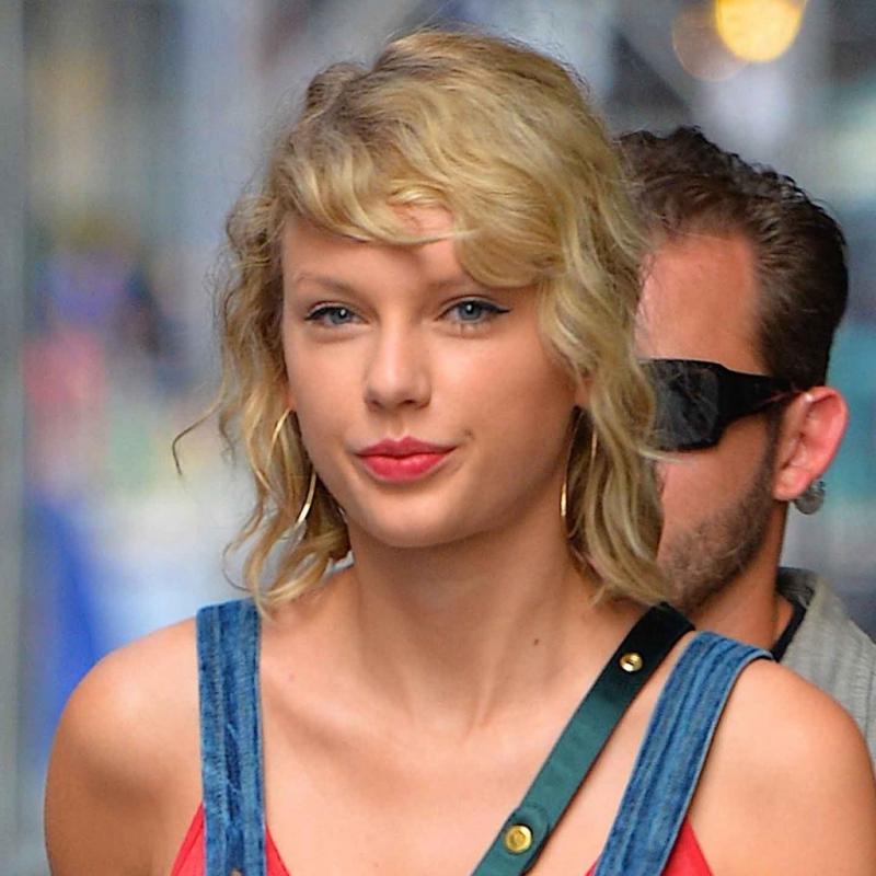 BST 10 kiểu tóc uốn xoăn đẹp cho các nàng cằm dài mùa hè 2021