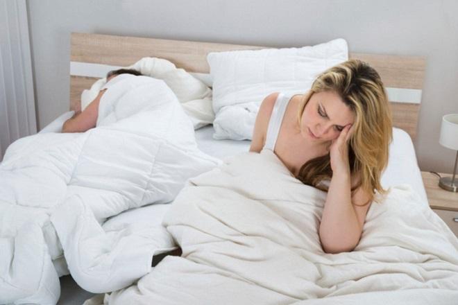 rong kinh sau khi cấy que tránh thai ảnh hưởng tiêu cực đến sinh hoạt tình dục của vợ chồng