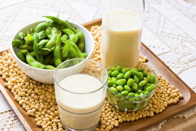 Những mẹ bị dị ứng lactose trong sữa bò có thể bổ sung sữa đậu nành để thay thế