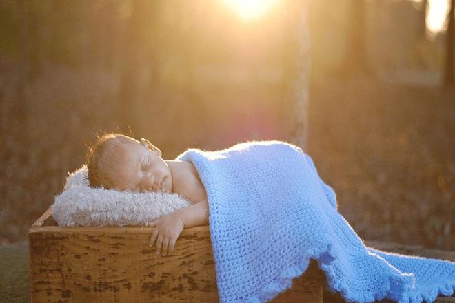 tắm nắng cho trẻ sơ sinh bị vàng da