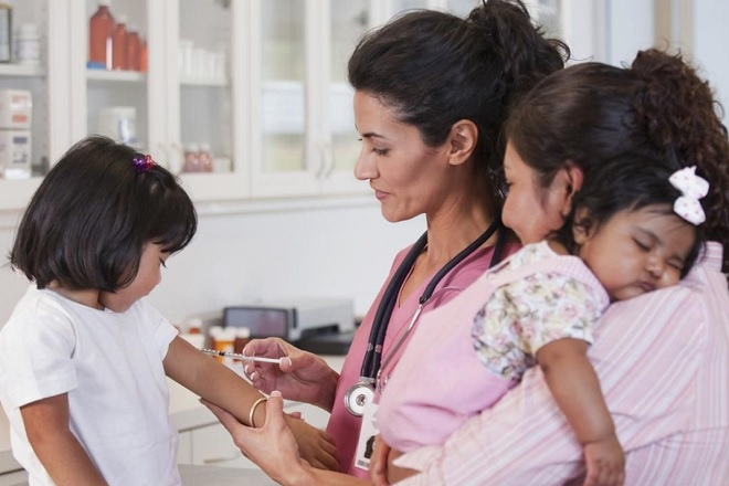 Tiêm chủng vắc xin cho bé gái