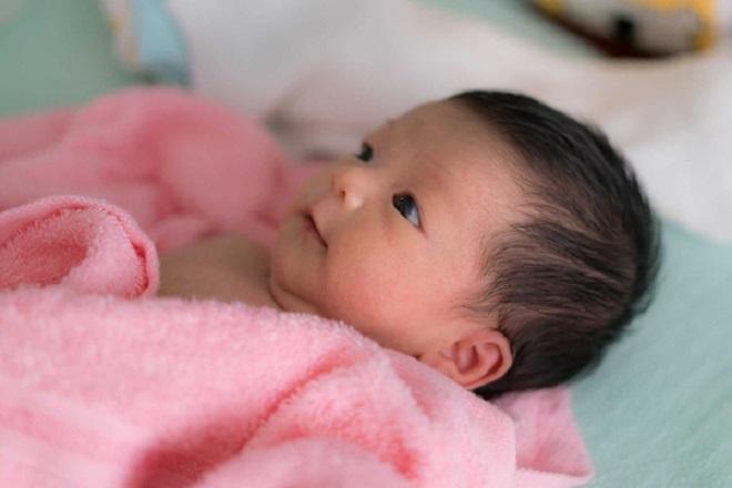trẻ 1 tháng tuổi