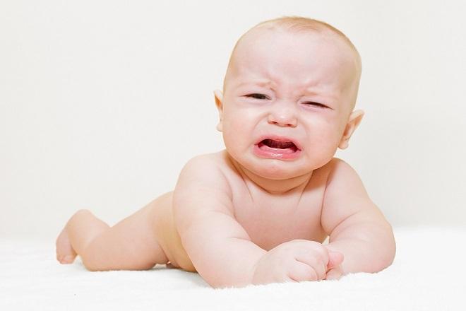 trẻ sơ sinh khóc do bị tắc ruột