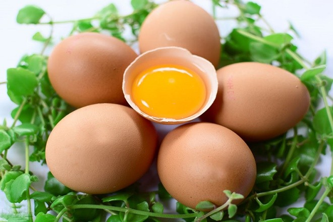 Bà bầu nên ăn trứng gà để sinh con da trắng.